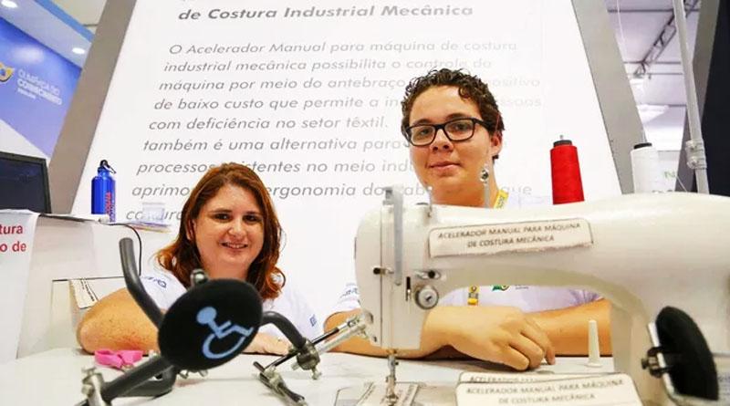 Jovens empreendedores criam máquina de costura para deficientes